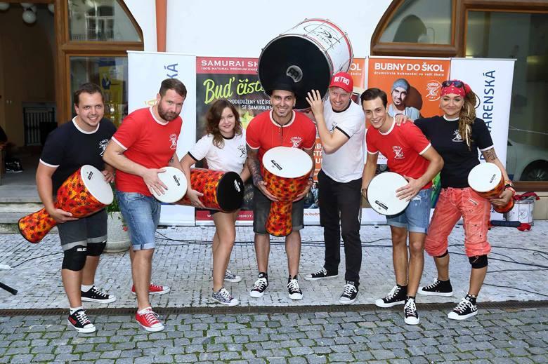 Dalšími facilitátory a členy týmu jsou potom Pavel, Tomáš a Tereza. Členové Groove Army pak jezdí jako asistence.